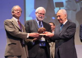 President Peres presenting the B.R.A.I.N. Prize (credit: Chen Galili)